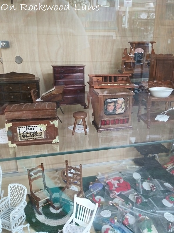 Wooden miniature furniture pieces