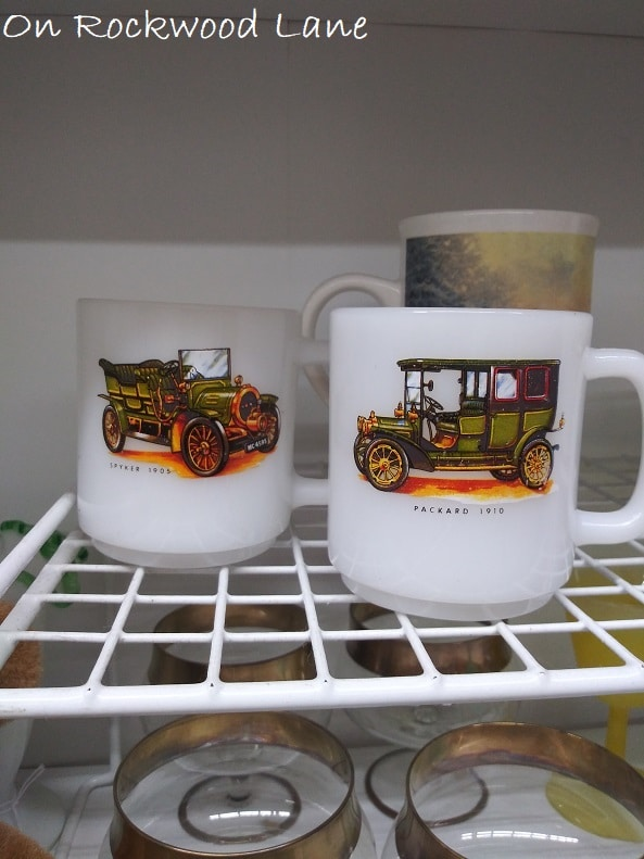 Two white mugs with a 1910 Packard on one, and a 105 Spyker
